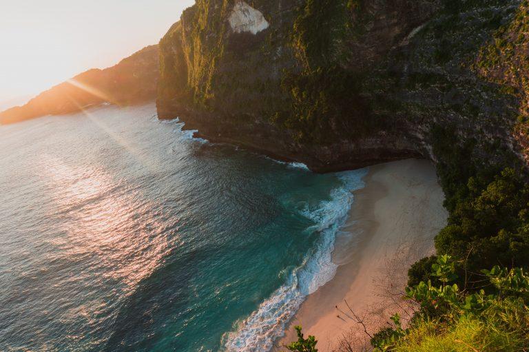 Kelinking Beach bei Sonnenuntergang Nusa Penida